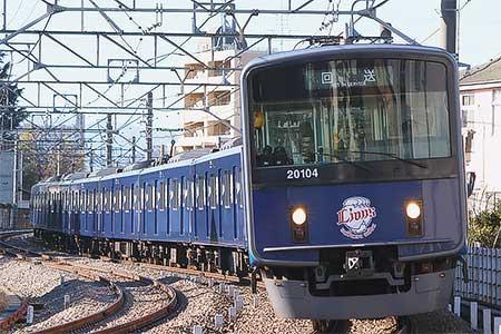 西武20000系「L-train」が姿を現わす