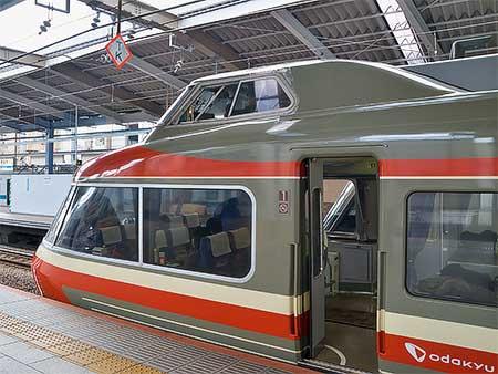 小田急線特急停車駅に「TK」の停止位置目標