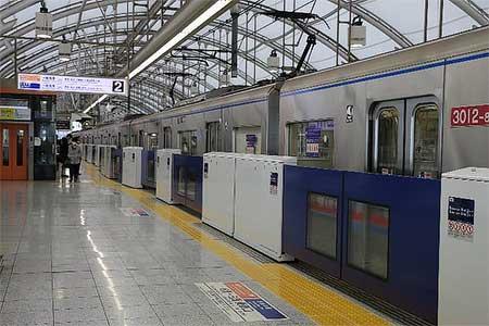 日暮里駅2番線に設置されたホームドア