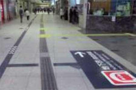 新大阪駅床面の案内サイン