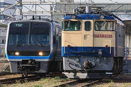 「TSE」と国鉄特急色のEF65形が松山駅で並ぶ