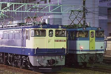 EF65 2067とEF65 2127が並ぶ