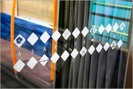 貫通扉のガラスには東京の伝統工芸や沿線由来のイラストが使用されている