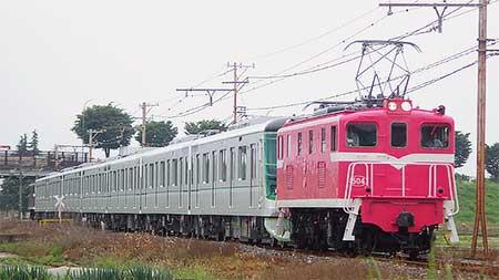ピンク色のデキ504が東京メトロ13000系をけん引
