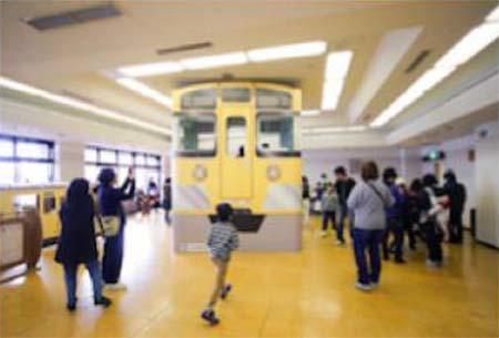 「実際に座れる1/1等身大段ボール製電車」のイメージ