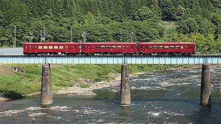 長良川鉄道で観光列車「ながら」車両による3両運転