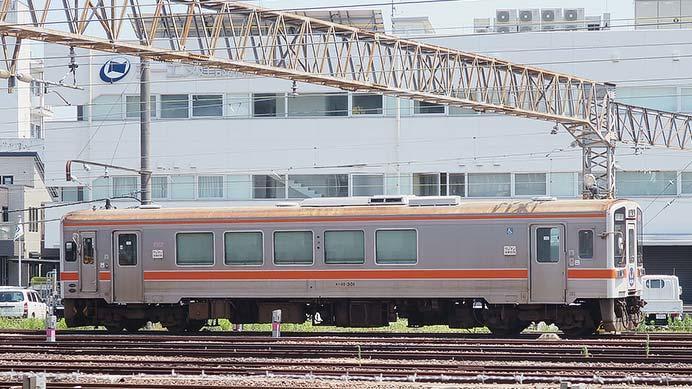 東海交通事業のキハ11-301が回送される