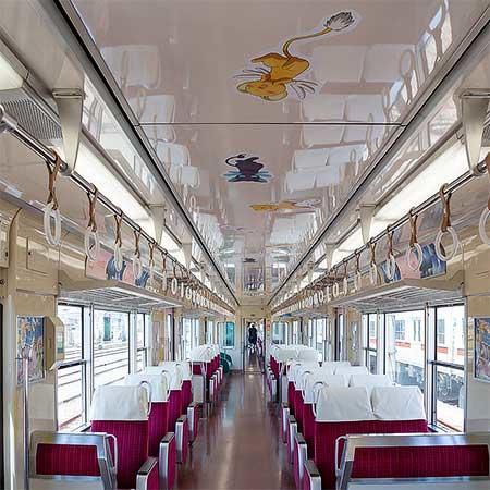 「さくらとおでかけ山陽電車」の車内,天井にもキャラクーの装飾が配されている