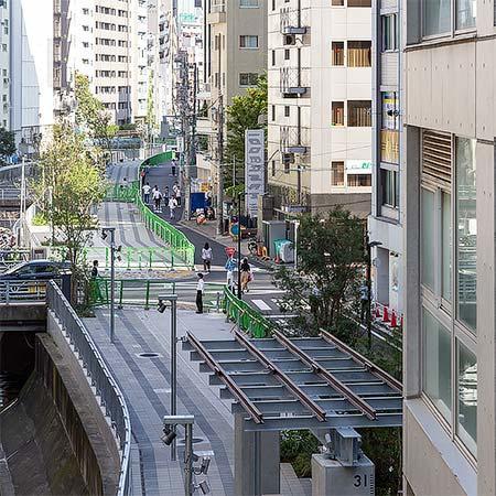 渋谷ストリーム2階通路の先端(金王橋付近)から見た渋谷川沿いの遊歩道.写真下は高架橋の支柱を残し,鉄骨とレールで作られたオブジェ.