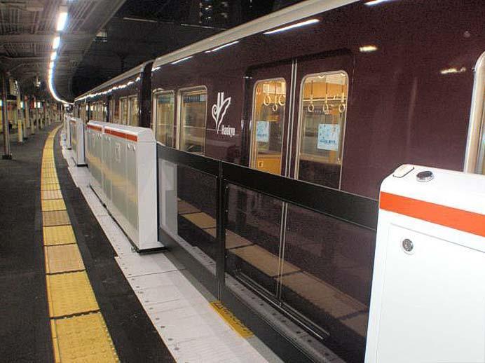 阪急,9月8日から十三駅3号線の可動式ホーム柵の稼働を開始