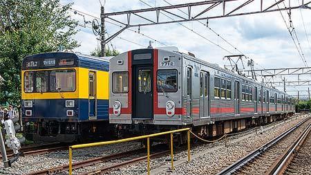 1500系「きになる電車」(左)と7700系7912編成(右)