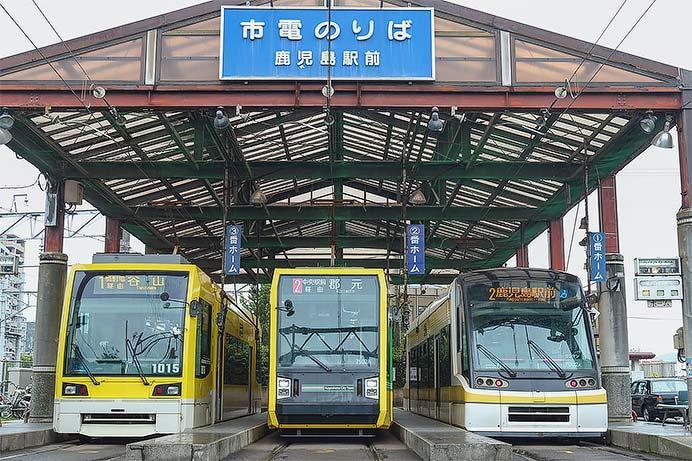 鹿児島駅前で超低床車両3形式が並ぶ