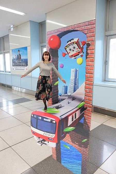 京急,羽田空港国際線ターミナル駅に「錯視サイン」を導入