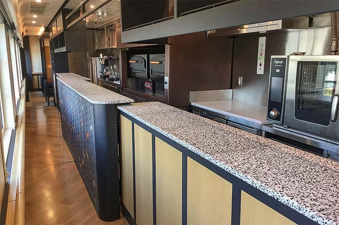 2号車のキッチン.中央に窯が2つ備え付けられている.