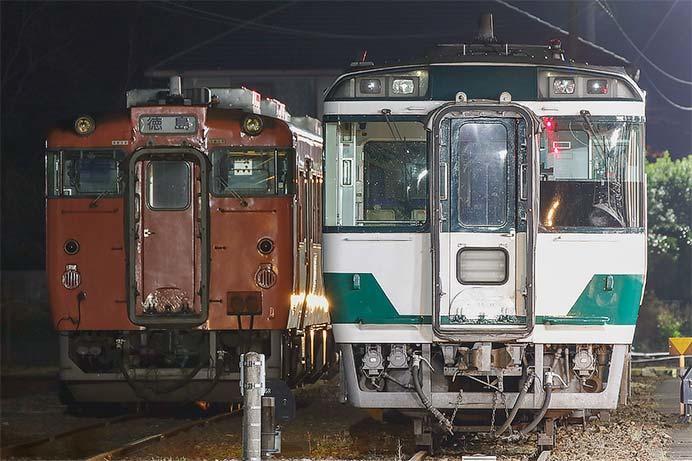 国鉄色のキハ185とキハ47が牟岐で並ぶ