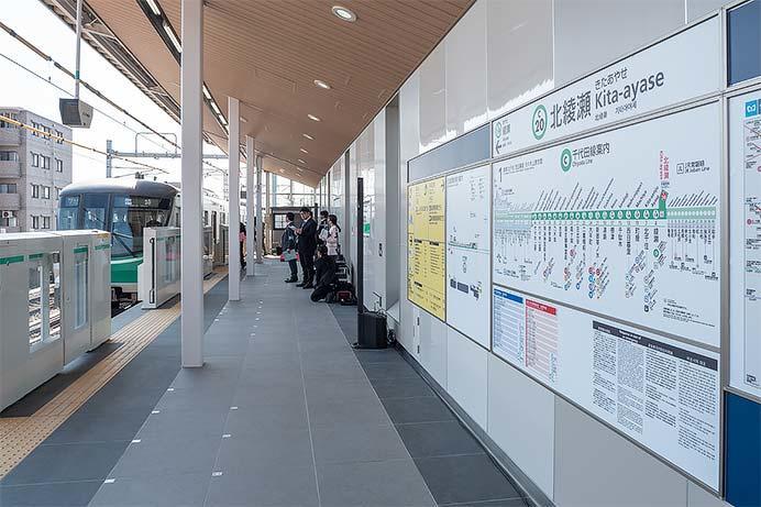関係者を乗せ綾瀬から戻ってきた臨時列車.延伸部分のホームドアは3月16日(土)から使用予定.