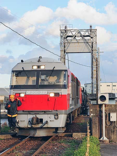 セメント列車のけん引機がDF200形に