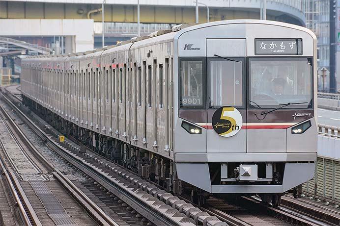 北大阪急行9000形に「ポールスターⅡ 5周年記念」ヘッドマーク