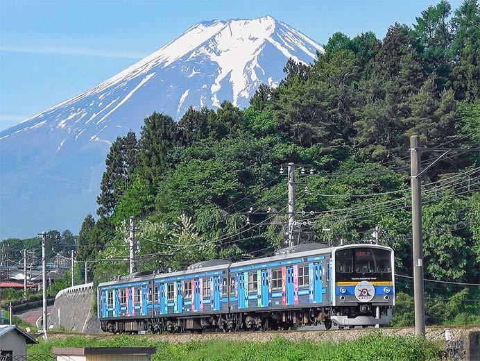 富士急6000系に「ソードアート・オンライン」のラッピング