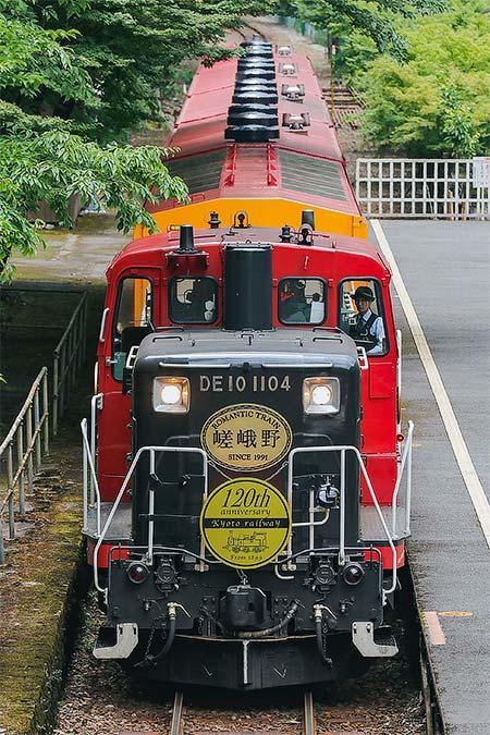 嵯峨野観光鉄道で「京都鉄道全線開業120周年」記念ヘッドマーク