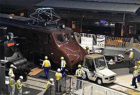 鉄道博物館,転車台上の展示車両を,C57からEF55に変更