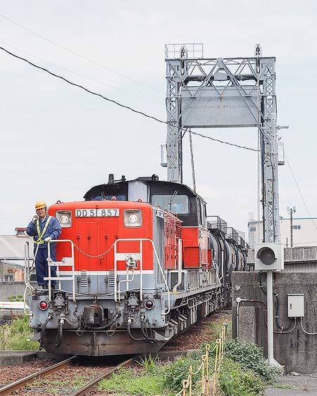 DD51形がセメント輸送列車を代走けん引