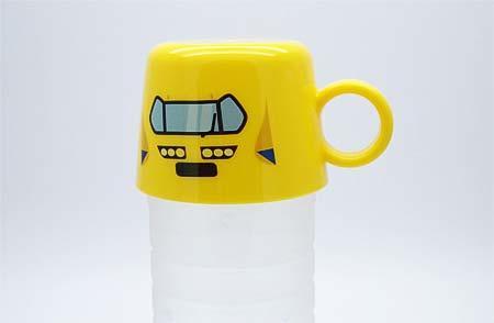 「新幹線ペットボトルキャップコップ」をペットボトルに装着したイメージ
