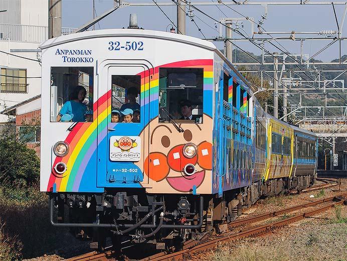 予讃線で「アンパンマントロッコ」+「ゆうゆうアンパンマンカー」運転