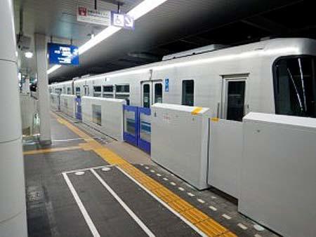 大阪モノレール,蛍池駅で可動式ホーム柵の使用を開始