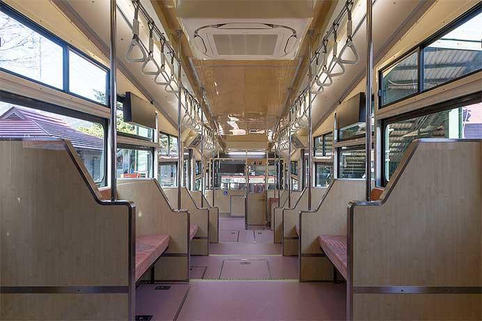 箱根登山ケーブルカーの新車両が報道陣に公開される