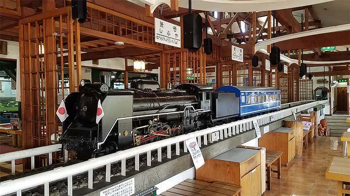 「レストラン蒸氣汽関車」料理を運ぶ機関車