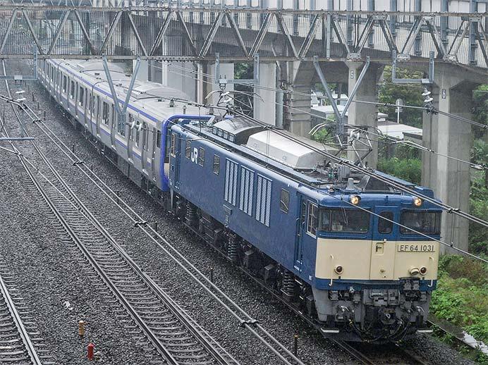 E235系1000番台J-01編成が配給輸送される