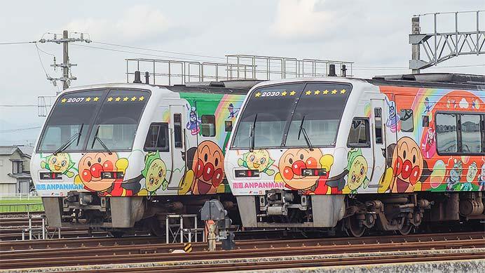 高知運転所で2000系「アンパンマン列車」同士が並ぶ