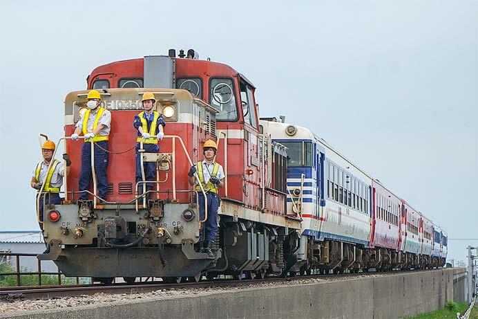 新津運輸区キハ40系が甲種輸送される