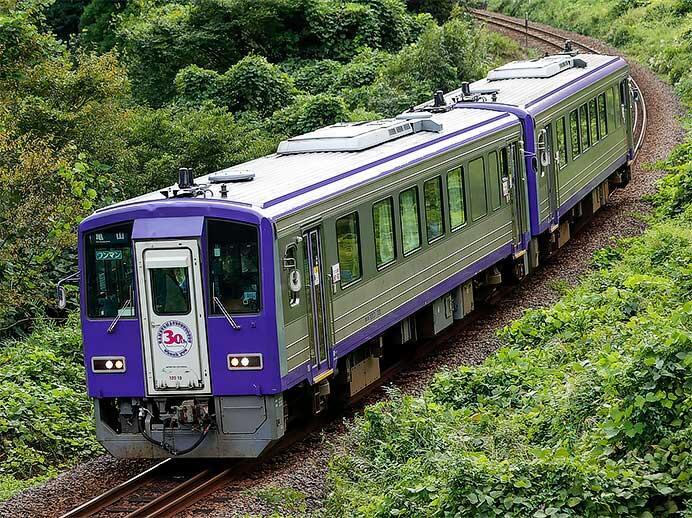 キハ120-13に亀山鉄道部30周年記念ヘッドマークステッカー
