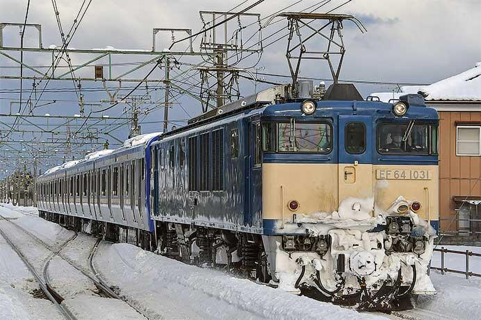 E235系1000番台J-06編成が配給輸送される