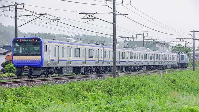 E235系1000番台J-11編成が配給輸送される