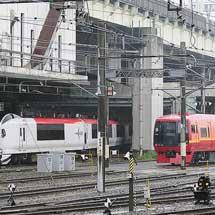 E259系と253系1000番台が並ぶ