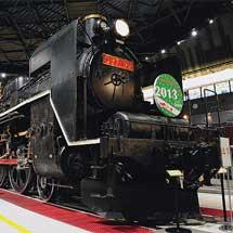 鉄道博物館の展示車両にクリスマスリース装飾