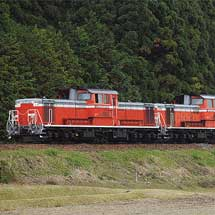 キハ120 302がDD51重連で配給輸送される