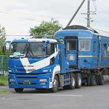 オハネフ25 2とスハネ25 501が陸送される
