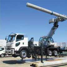 JR西日本,電柱を直接つかむ電柱建替車「電柱ハンドリング車」を導入
