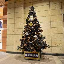 東武鉄道鬼怒川温泉駅に「SL大樹」のクリスマスツリー