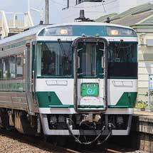 キハ185-17(国鉄色)が方向転換される