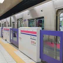 新線新宿駅4番線でホームドアの使用を開始