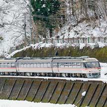 キハ84形300番台が2両連続で連結される