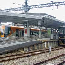 近鉄「青の交響曲」が標準軌車両と並ぶ