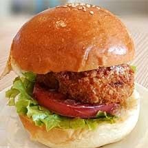 南海電鉄・休暇村紀州加太,「めでたいでんしゃ」で「鯛コロッケ・鯛コロッケバーガー」を発売
