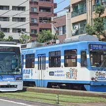 鹿児島市交通局の2形式の同広告車が走る
