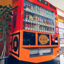 トロッコ嵯峨構内の飲料品自動販売機が「トロッコ列車」仕様に